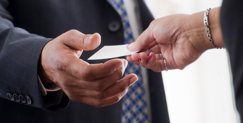 Las tarjetas de presentación como parte de la atención a los clientes